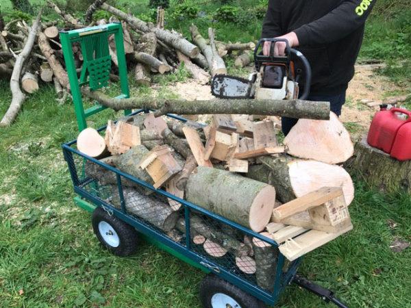 C'est moins fatiguant de tronçonner du bois avec Timber Croc : il tombe tout seul dans le charriot ou la brouette